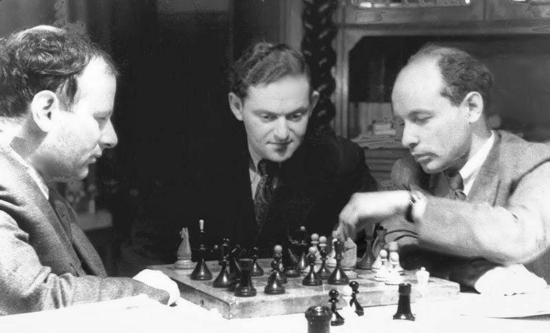 Boleslavsky y Bronstein analizando en presencia de Furman. Budapest, 1950.