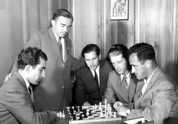 1953 Candidatos Zúrich. Los jugadores soviéticos analizando: Petrosián, Kótov, Keres, Averbakh y Géller