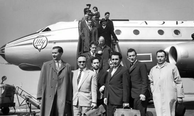 1962 Candidatos Curaçao. Aeropuerto: Keres, Géller, Tal, Petrosián y Korchnoi. Detrás sus segundos Averbakh y Boleslavsky