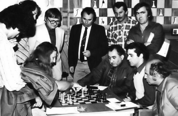 1983 Supertorneo de Niksic. Miles analizando su partida con Kaspárov, con Petrosián y Tal